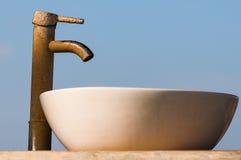 Waschbecken und Hahn abgedeckt durch limescale Stockbilder