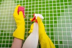Waschen der Fliesen im Badezimmer Lizenzfreies Stockfoto