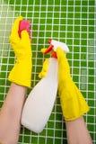 Waschen der Fliesen im Badezimmer Stockfotografie