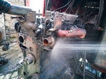 Waschen der Maschine mit Wasser stockbilder
