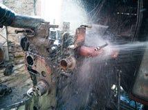 Waschen der Maschine mit Wasser stockfotografie