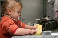 Waschen der Teller Stockfotos