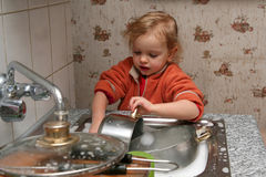 Waschen der Teller Stockfoto