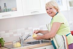 Waschen der Teller Lizenzfreie Stockfotografie