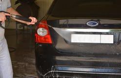 Waschen des Autos am Autowäschen Lizenzfreies Stockfoto