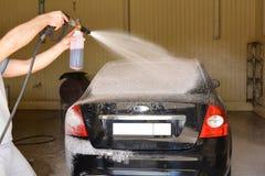 Waschen des Autos am Autowäschen Stockfoto