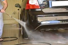 Waschen des Autos am Autowäschen Lizenzfreies Stockbild