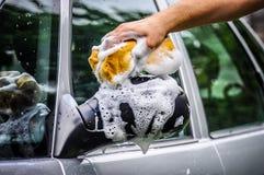 Waschen des Autos mit Seife stockfotografie