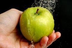 Waschen eines Apfels lizenzfreies stockbild