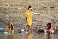 Waschen im Fluss Lizenzfreie Stockfotos