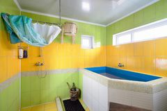 Waschen-Raum in der Sauna im Grün und im Gelb Lizenzfreie Stockbilder