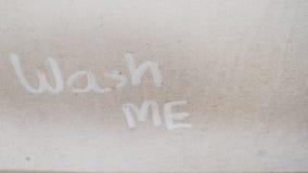Waschen Sie mich auf dem schmutzigen Auto Stockbilder