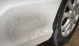 Waschen Sie mich auf dem schmutzigen Auto Lizenzfreie Stockbilder