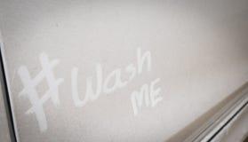 Waschen Sie mich auf dem schmutzigen Auto Stockfotografie