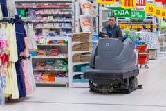 Waschende Böden auf einem speziellen Auto im Supermarkt lizenzfreie stockfotos