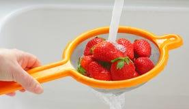 Waschende Erdbeeren Lizenzfreie Stockfotos