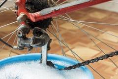 Waschende Fahrradkette Stockfotos