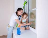 Waschende Fenster der Familie Stockfotos