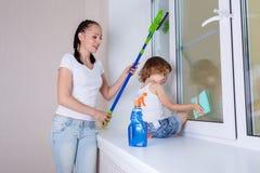 Waschende Fenster der Familie Stockbild