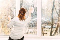 Waschende Fenster der jungen Frau lizenzfreie stockfotos