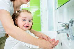 Waschende Hände der Mutter Kinder Lizenzfreie Stockfotos