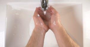 Waschende Hände in der Wanne mit der Seife zum Säubern von Haut für gute Hygiene stock footage