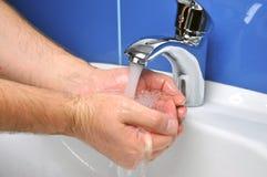 Waschende Hände des Mannes Lizenzfreies Stockfoto