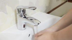 Waschende Hände des Mannes im Badezimmer stock video