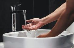 Waschende Hände im Badezimmer Lizenzfreie Stockfotos