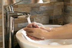 Waschende Hände mit flüssiger Seife Stockfoto
