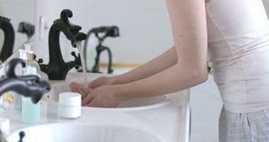 Waschende Hände Rutine stock video footage
