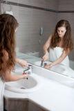 Waschende Hand der reizenden Frau im Badezimmer Lizenzfreie Stockbilder