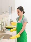 Waschende Küchengeräte der Frau Lizenzfreies Stockbild