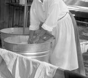 Waschende Kleidung der Frau Stockfotografie
