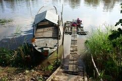 Waschende Kleidung der Leute auf Fluss stockfoto