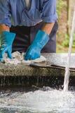 Waschende Kleidung des Mannes der alte Brunnen Stockbilder