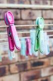 Waschende Linie mit Klammern Lizenzfreie Stockfotografie