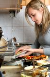 Waschende Platten der Frau lizenzfreies stockfoto