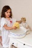 Waschende Puppe des Weinlesemädchens Stockfotografie