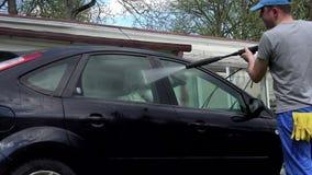 waschende Reinigung des manuellen Autos mit Schaum und Druckwasser an der Tankstelle stock video