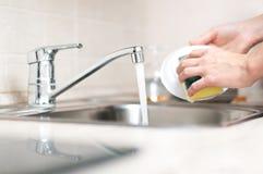 Waschende Teller der Frau Lizenzfreies Stockfoto