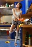 Waschende Teller der Frau Lizenzfreie Stockfotos
