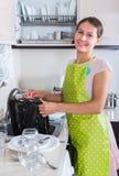Waschende Teller der Hausfrau Stockbild
