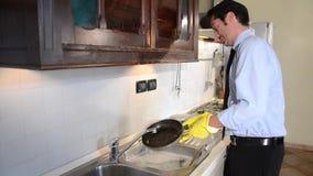 Waschende Teller des Geschäftsmannes stock footage