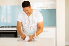 Waschende Teller des Mannes Lizenzfreies Stockfoto
