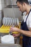 Waschende Teller des Mannes Lizenzfreies Stockbild