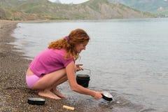 Waschende Teller des Mädchens Lizenzfreie Stockfotos