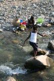 Waschende Teller im Fluss stockfoto