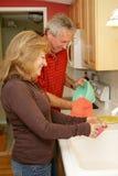 Waschende Teller zu Hause lizenzfreie stockbilder