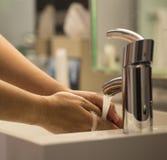 Waschender Handnahaufnahmehahn, Fliese Lizenzfreie Stockfotos